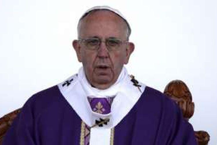 Paus Fransiskus saat memimpin misa di stadion Venustiano Carranza, Morelia, Meksiko (16/2/2016).
