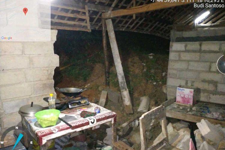 Salah satu rumah warga di Desa Ngunut Kabupaten Magetan yang tertimbun longsor akibat diguyur hujan semalam an.