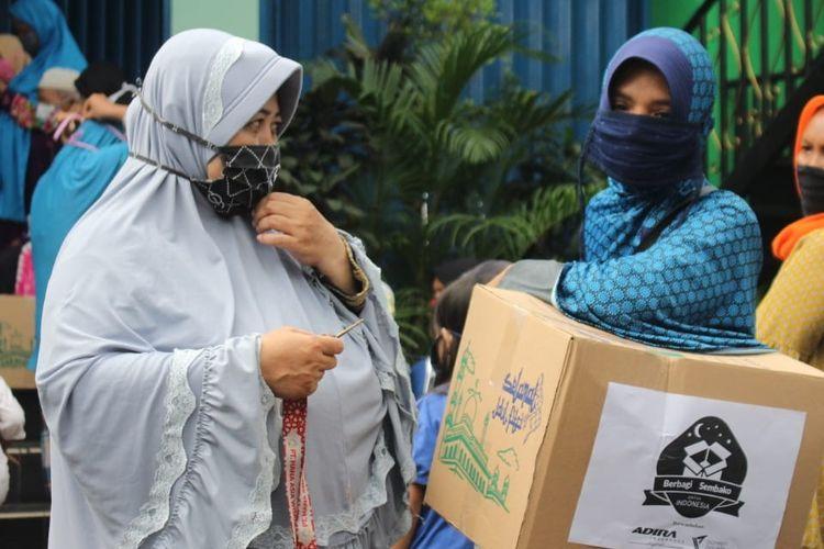 Bantu perekonomian masyarakat kelas bawah di tengah serangan virus Corona, Dompet Dhuafa bersama Adira Insurance Syariah,  gulirkan paket sembako di Tangerang Selatan.