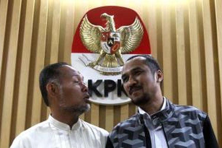 Ketua Komisi Pemberantasan Korupsi (KPK) Abraham Samad (kanan) bersama Wakil Ketua KPK Bambang Widjojanto memberikan keterangan kepada wartawan terkait penetapan Komisaris Jenderal Budi Gunawan sebagai tersangka, di Jakarta, Selasa (13/1/2015).