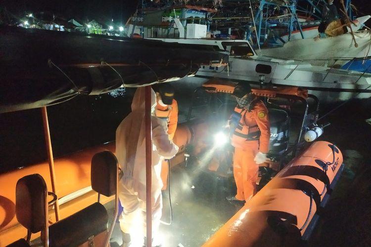 Tim Basarnas saat saat mengevakuasi jenazah korban hilang dalam tabrakan dua kapal di perairan Indramayu, Jawa Barat. Evakuasi tersebut dilakukan Basarnas ke Pelabuhan Perikanan Eretan Indramayu.