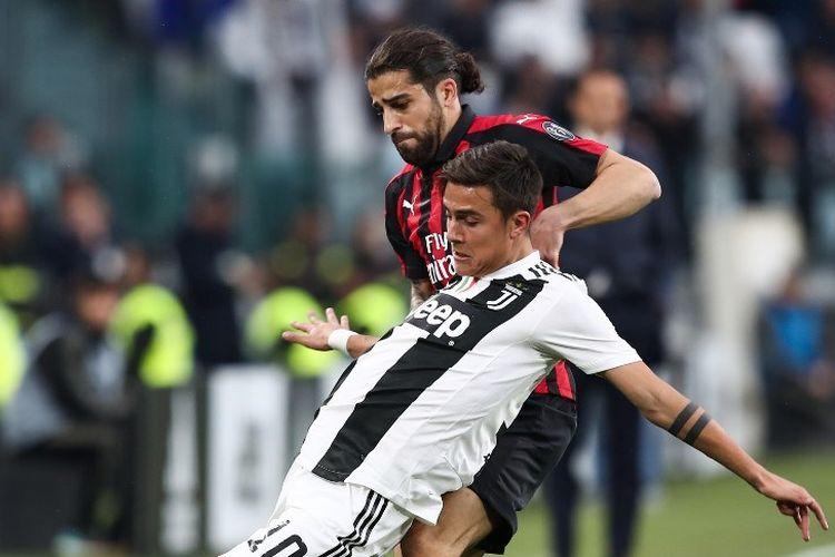Ricardo Rodriguez mencoba menahan laju Paulo Dybala pada pertandingan Juventus vs AC Milan dalam lanjutan Liga Spanyol di Stadion Allianz, 6 April 2019.