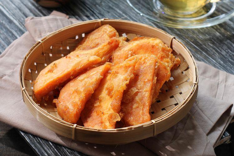 Ilustrasi ubi manis goreng tepung renyah, gorengan untuk camilan sore hari.
