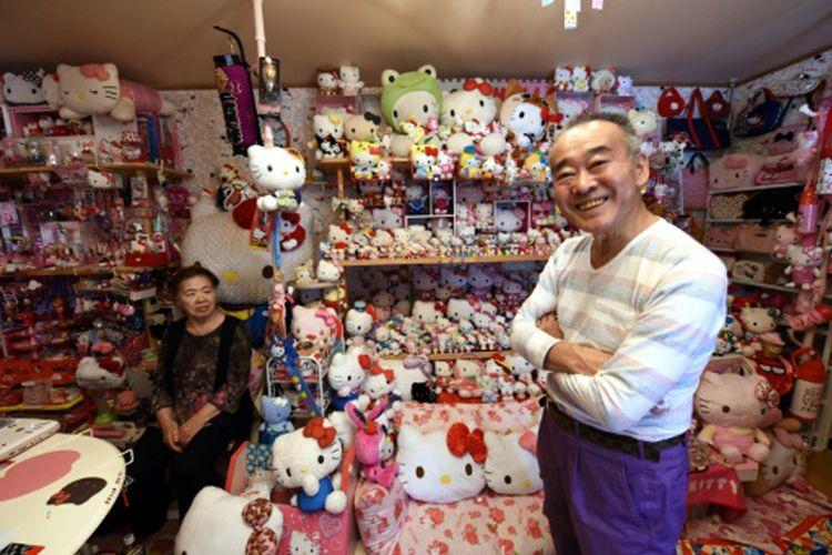 Masao Gunji, seorang pensiunan polisi di Jepang berpose bersama istri dan koleksi ikon Hello Kitty miliknya.