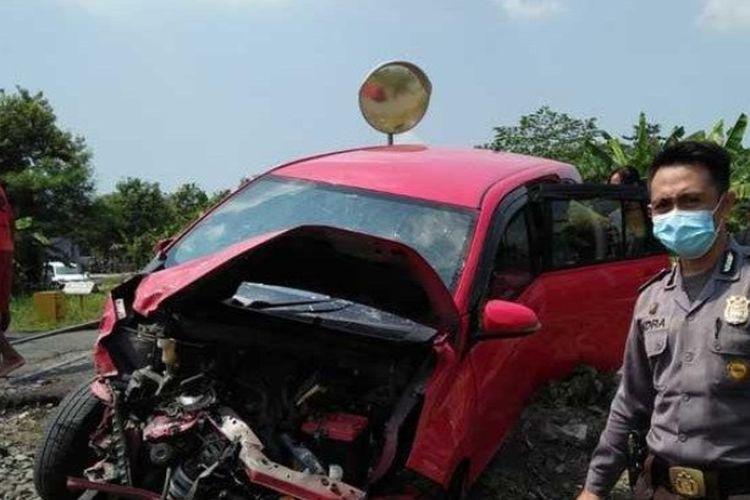 Kecelakaan di perlintasan kereta api tanpa palang pintu kembali terjadi di Sidoarjo. Kali ini sebuah mobil hancur bagian depannya akibat disambar kereta di perlintasan kereta Desa Kedungsugo, Kecamatan Prambon, Sidoarjo, Minggu (16/5/2021).