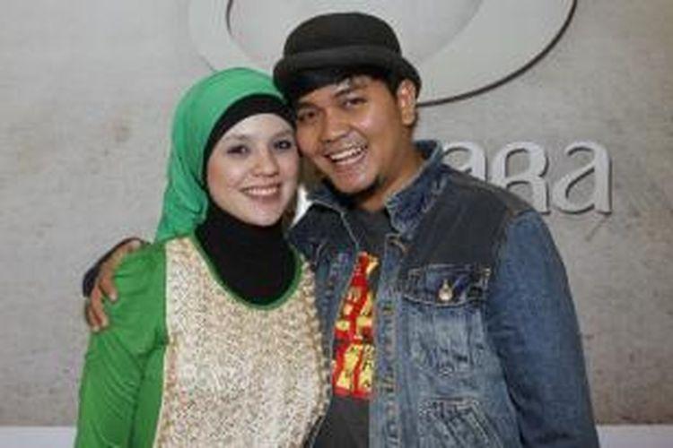 Artis Indra Bekti dan istrinya, Adilla Jelita, berpose seusai Gala Premiere Film Negeri 5 Menara di mal Gandaria City,  Jakarta, Sabtu (25/2/2012). Film yang diadaptasi dari novel laris karya Achmad Fuadi ini akan diputar di gedung-gedung bioskop mulai 1 Maret 2012.