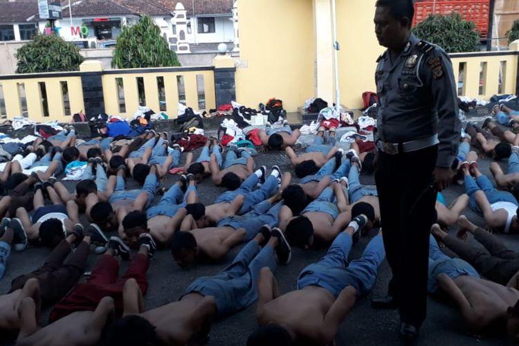 Ratusan pelajar yang terlibat tawuran di Jalan Raya Cirebon-Bandung, Tomo, Sumedang, Jawa Barat diamankan Polsek Tomo, Sabtu (6/4/2019) sore pukul 16.00 WIB.