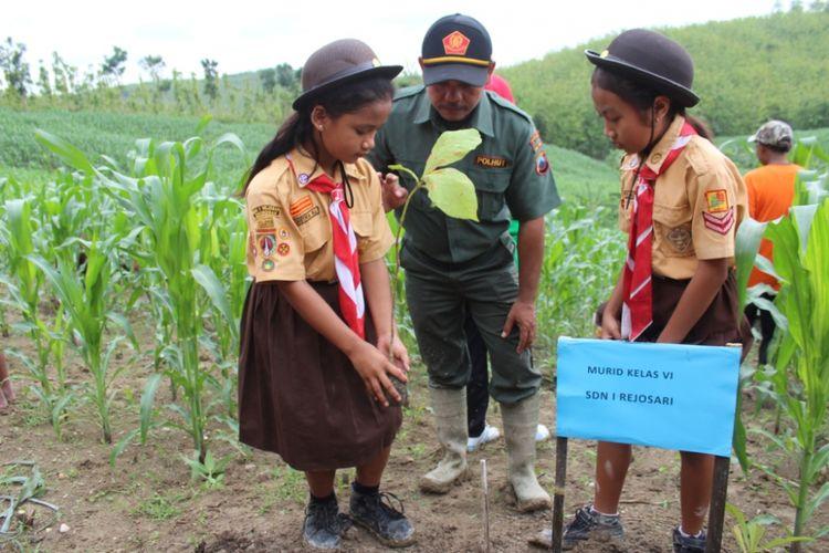 Perhutani KPH Gundih, Kabupaten Grobogan, Jawa Tengah mengajak siswa-siswi SD menanam bibit jatidi petak 15 wilayah hutan RPH Kalitengah tepatnya di Dusun Krajan, Desa Rejosari, Kecamatan Kradenan, Grobogan, Sabtu (2/12/2017).