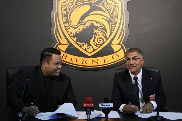 Presiden Club Borneo FC Nabil Husein dan pelatih baru musim 2020 Edson Tavares saat perkenalan kepada media di ruang preskon Stadion Segiri Samarinda, Kalimantan Timur, Senin (20/01/2020) siang.