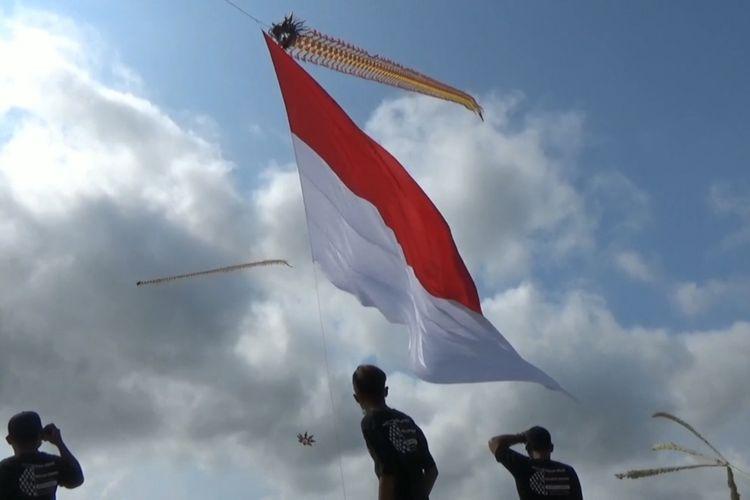 Memperingati Sumpah Pemuda, Bendera Merah Putih di terbangkan dengan layang-layang bentuk naga, di kabupaten Tulungagung Jawa Timur, Rabu (28/10/2020).