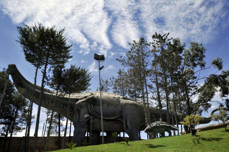 Gambar replika titanosaurus yang ditampilkan di Taman Cretaceous di Sucre, Bolivia, pada 17 September 2014. Titanosaurus diyakini adalah hewan terbesar yang pernah hidup di Bumi.