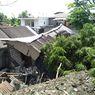 Detik-detik Truk Pengangkut Pasir Timpa Sebuah Rumah, Diduga karena Rem Blong