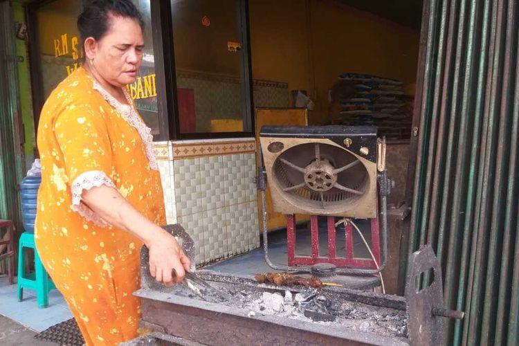 Siti Hawa atau akrab disapa Cek Awa adalah keturunan keempat Wak Din yang mengelola tempat makan Wak Din yang telah berdiri sejak tahun 1700-an lalu.