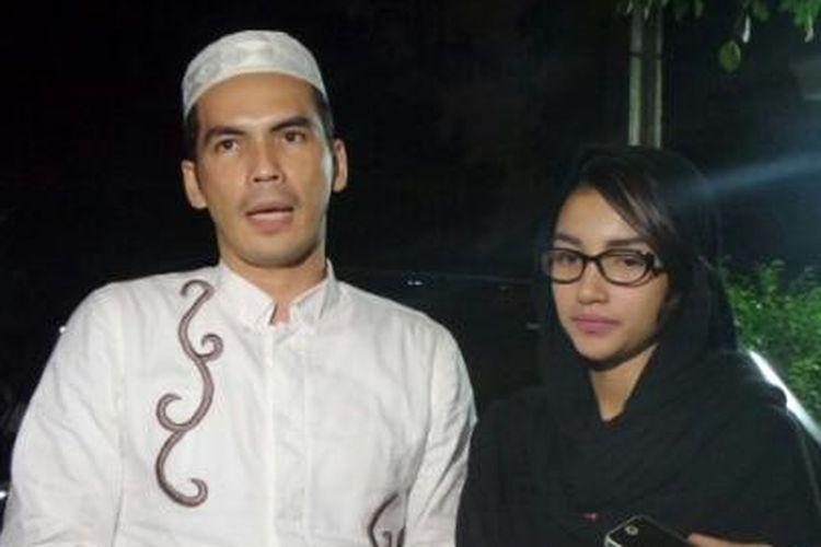 Pesinetron Atalarik Syah dan sang istri, Tsania Marwa saat ditemui di kediaman orang tua Rina Gunawan di kawasan Bintaro, Tangerang Selatan, Minggu (22/5/2016).