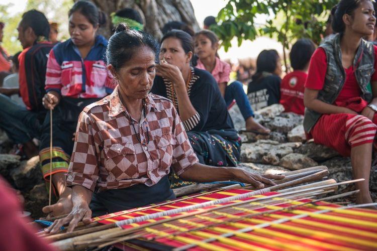 Pengrajin tenun tradisional Sumba