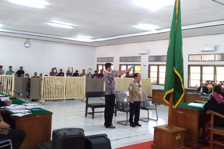 Bupati Banjarnegara Budhi Sarwono diambil sumpah sebelum menjadi saksi kasus mafia bola di Pengadilan Negeri Banjarnegara, Jawa Tengah, Kamis (9/5/2019).