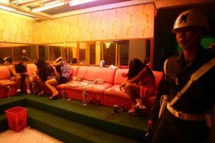 Polisi militer berpatroli untuk mencegah polisi dan tentara berada di kawasan Dolly, Surabaya, 3 Mei 2014. Wali Kota Surabaya Tri Rismaharini telah menetapkan menutup kawasan bordil di Dolly pada 18 Juni 2014.