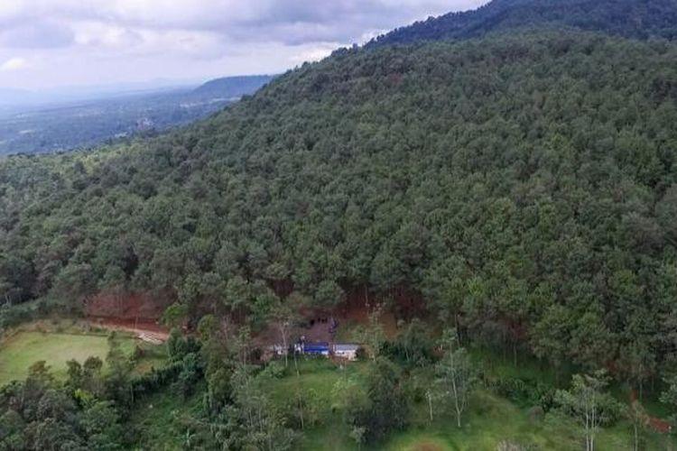 Legok Barong berada di perbukitan Desa Pusaka Mulya, Kecamatan Kiarapedes, di dataran tinggi Purwakarta. Karenanya, hawa daerah ini sejuk dengan