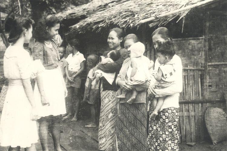 Tanggal 22 Desember 1983 adalah peringatan Hari Ibu ke-45. Hari Ibu diperingati setiap tahun sejak 1938 setelah kongres Perikatan Perempuan Indonesia di Bandung sepakat memilih tanggal 22 Desember sebagai Hari Ibu. Pemilihan berdasarkan sejarah bahwa pada tanggal tersebut berlangsung pertemuan pertama seluruh organisasi wanita Indonesia di Yogyakarta tahun 1928. Ibu-ibu yang tergabung dalam Kowani pada tanggal 22 Desember 1946 memperingatinya dengan menyerahkan bingkisan kepada warga DKI Jakarta.