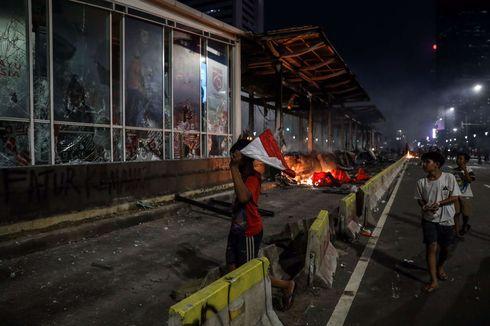 Setelah Dibakar Massa, Halte Transjakarta di Bundaran HI Mulai Dibersihkan