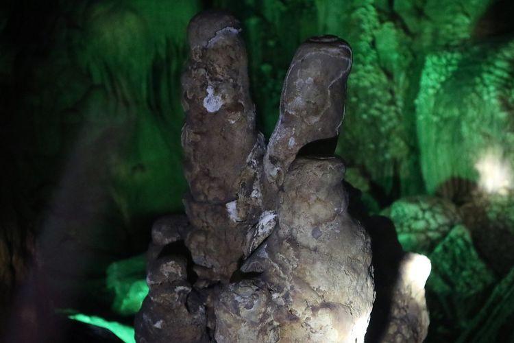 Batu tiga jari yang berada di Goa Gong, Pacitan, Jawa Timur memiliki keunikannya tersendiri yaitu membentuk tiga jari tangan.