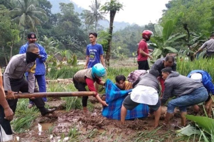 Warga mengevakuasi jenazah Budi (46), warga Cianjur, Jawa Barat yang terseret arus sungai.