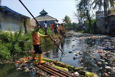 Petugas Tercebur, Aksi Keroyok Sampah di Kali Bahagia Besok Gunakan Perahu
