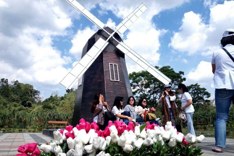 Para pengunjung saat berfoto di landmark kincir angin Belanda