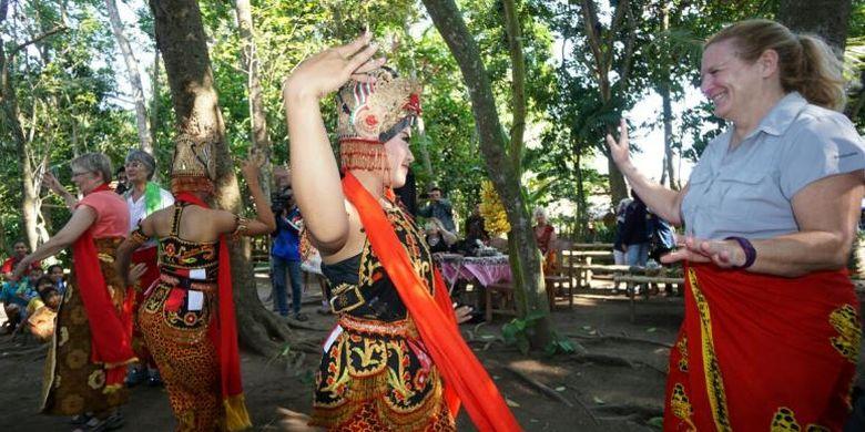 Wisatawan AS menari Gandrung di Desa Kemiren, Kecamatan Glagah, Kabupaten Banyuwangi, Jawa Timur, Rabu (31/8/2016).