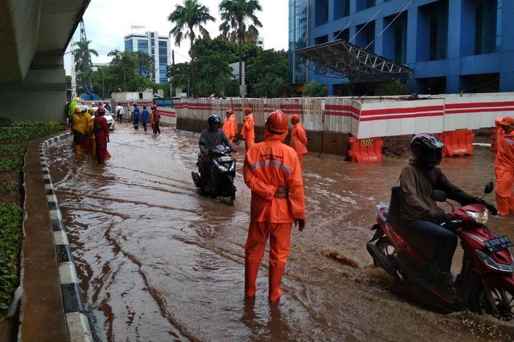 Genangan air di bawah flyover Pancoran akibat Hujan Deras dan Pembangunan Jalur LRT, Pancoran, Jakarta Selatan pada Jumat (25/1/2019) siang