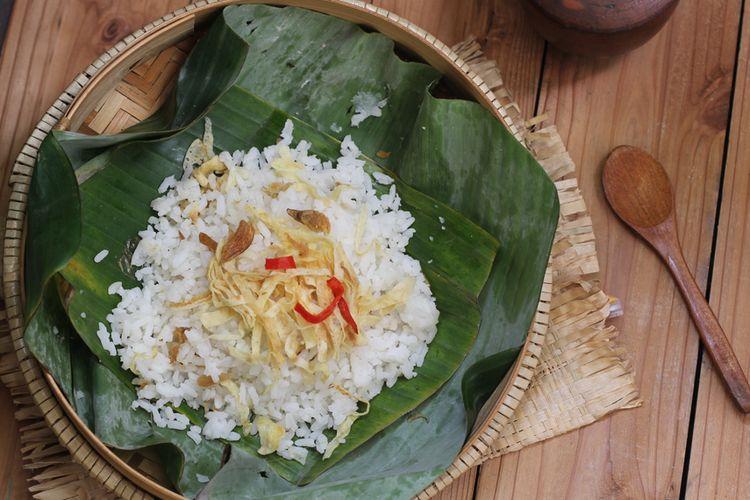 Nasi Uduk in banan leaves