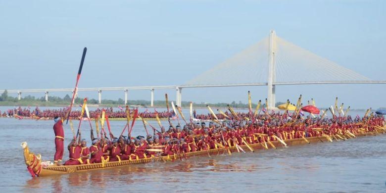 Perahu naga di Kamboja yang tercatat sebagai yang terpanjang di dunia versi Rekor Dunia Guinness.