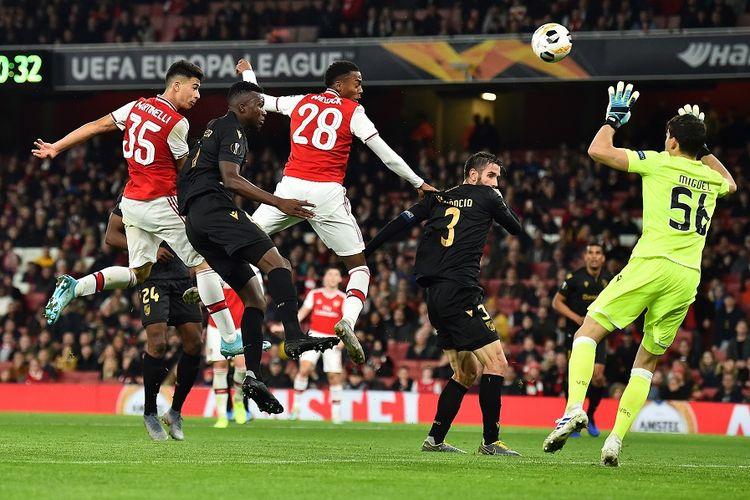 Striker Arsenal Gabriel Martinelli (kiri) menyundul bola melewati kiper Vitoria Guimaraes Miguel Silva (kanan) untuk mencetak gol penyama kedudukan dalam pertandingan sepak bola Grup F Liga Europa Arsenal vs Vitoria Guimaraes di Stadion Emirates di London pada 24 Oktober, 2019.