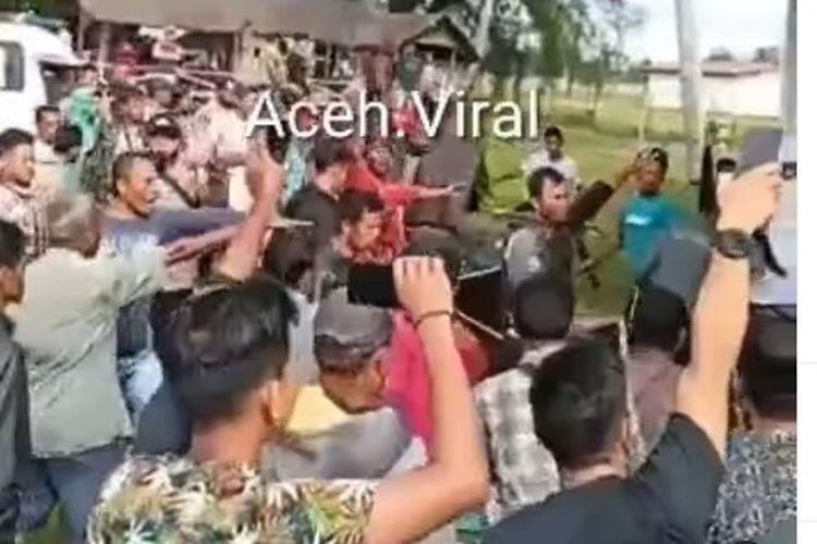 Viral di media sosial sebuah video yang memperlihatkan puluhan warga menghancurkan sebuah lokasi vaksinasi.