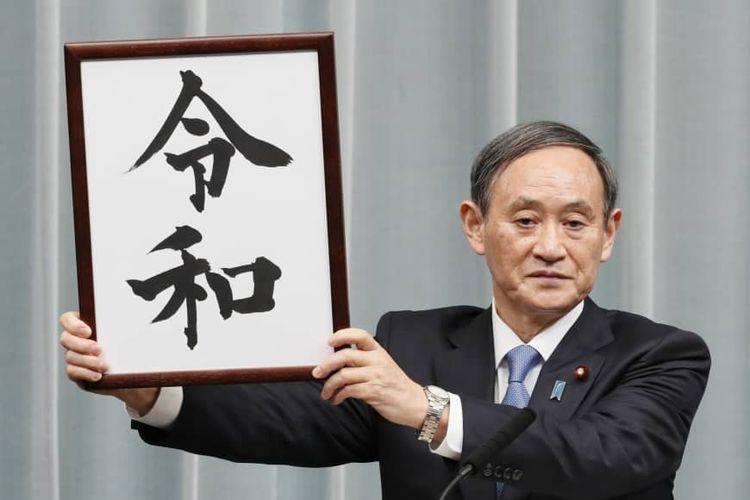 Sekretaris Kabinet Yoshihide Suga menunjukkan plakat berisi nama era baru Kekaisaran Jepang, yakni Reiwa. Nama itu bakal menggantikan era Heisei yang dimulai sejak Januari 1989.