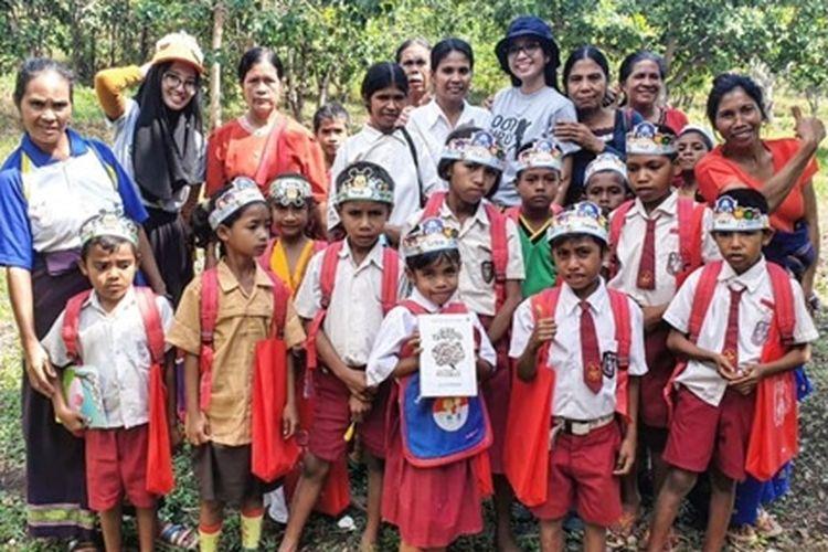 Sumbangan Buku Soul Travellers via Komunitas 1000 Guru di SD Wolamawo, Sumba Barat Daya