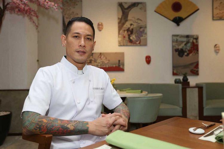 Junior Rorimpandey atau lebih dikenal dengan Chef Juna berpose di Restoran Correlate, Kuningan, Jakarta, Rabu (21/6/2017).