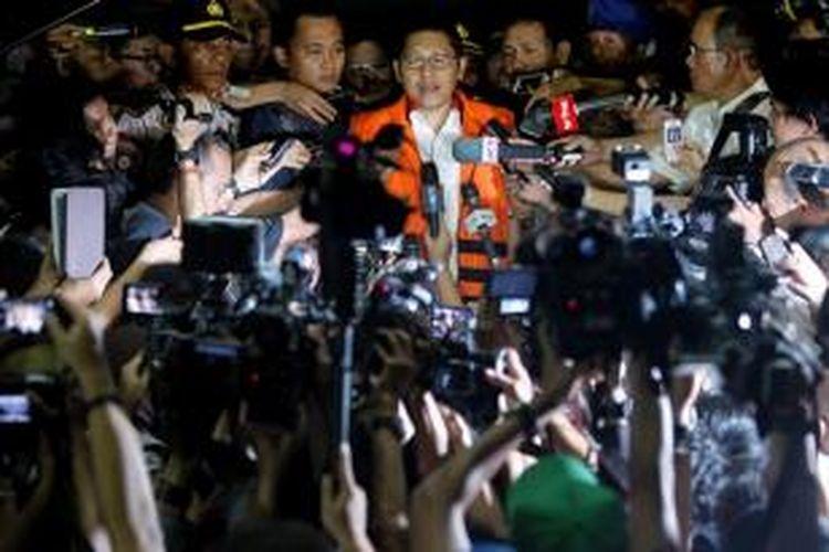 Mantan Ketua Umum Partai Demokrat, Anas Urbaningrum resmi ditahan usai diperiksa sebagai tersangka oleh Komisi Pemberantasan Korupsi (KPK), Jakarta, Jumat (10/1/2014). Ia ditahan terkait dugaan suap dalam proyek Hambalang.