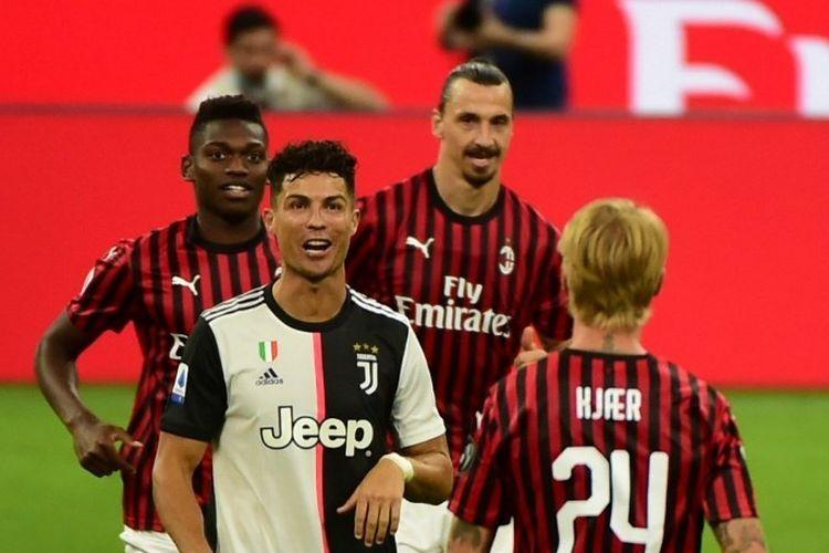 Zlatan Ibrahimovic merayakan gol di dekat Cristiano Ronaldo dalam laga AC Milan vs Juventus pada lanjutan pekan ke-31 Liga italia di yang dilangsungkan di Stadion San Siro, Rabu (8/7/2020).