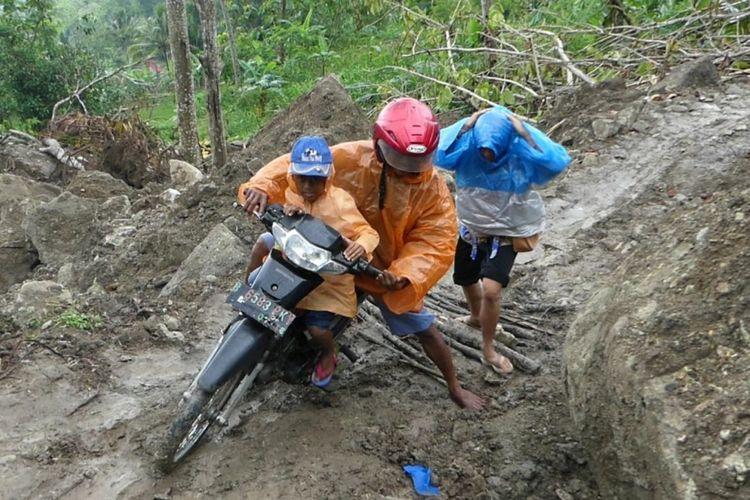 Warga Desa Tegalrejo, Kecamatan Gedangsari, Gunungkidul, Harus Berjuang Melewati Longsoran