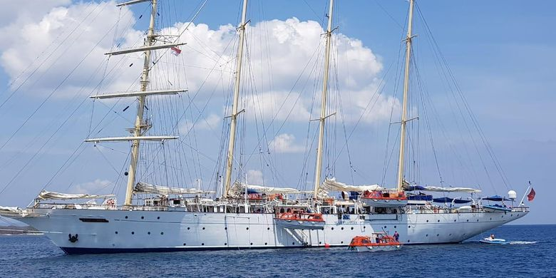 Star Clipper, sebuah kapal pesiar berbendera Malta menyinggahi Batam, Kepulauan Riau, Sabtu (8/6/2019).
