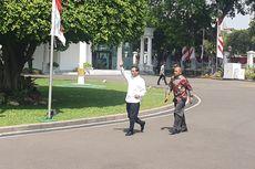 Pakai Kemeja Putih, Mahfud MD Hadir di Istana