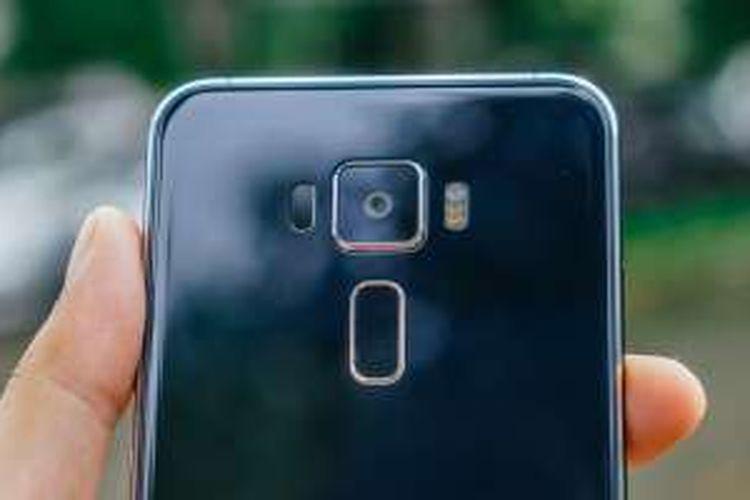 Modul kamera dan pemindai sidik jari di punggung Asus Zenfone 3 ZE520KL.