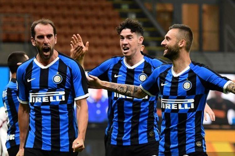 Diego Godin, Alessandro Bastoni, dan Marcelo Brozovic dalam laga Inter Milan vs Torino pada pekan ke-32 Liga Italia 2019-2020.