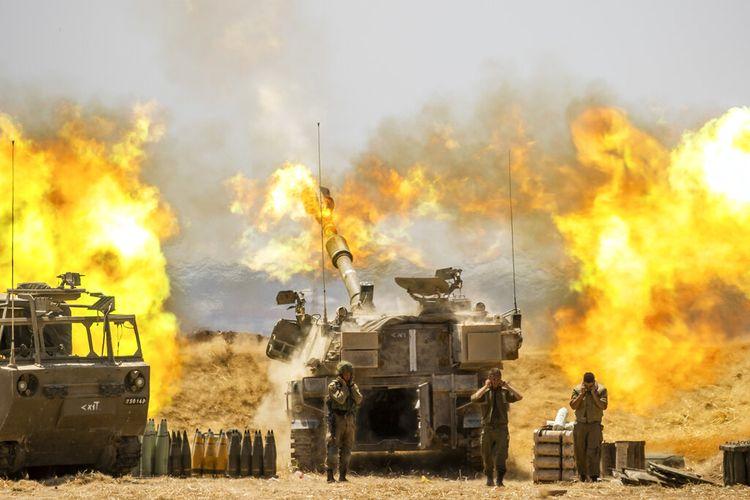 Satu unit artileri Israel menembak ke arah sasaran di Jalur Gaza, di perbatasan Gaza Israel, Rabu (12/5/2021)