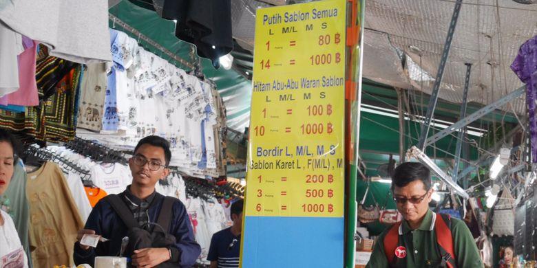 Peserta Cordela Vacation Trip to Thailand sempatkan berbelanja saat berada di Wat Arun, Bangkok dengan bahasa Indonesia, Minggu (4/2/2018).