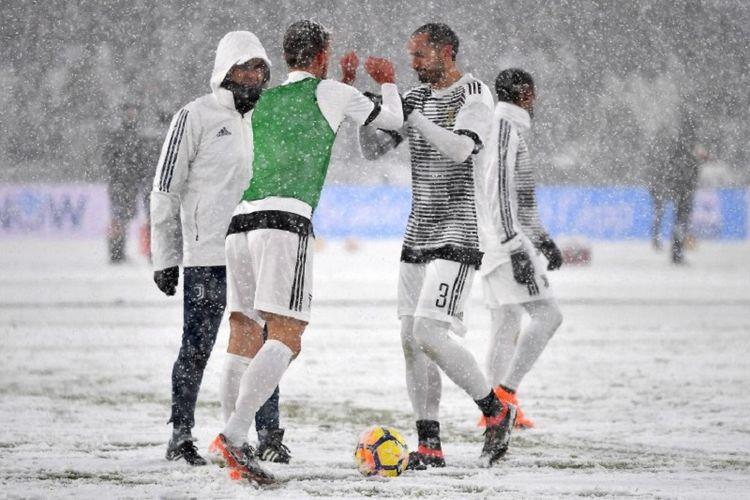 Para pemain Juventus melakukan pemanasan jelang pertandingan Serie A melawan Atalanta di Stadion Allianz Turin, Minggu (25/2/2018).