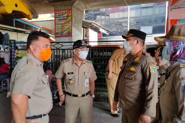 Wakil Wali Kota Tanah Abang Irwandi saat meninjau Pasar Tanah Abang, Jakarta, Senin (3/5/2021).