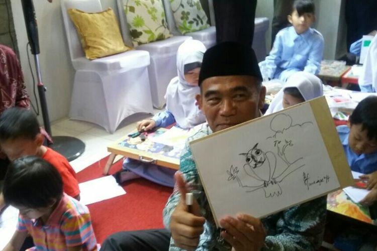 Menteri Pendidikan dan Kebudayaan Republik Indonesia, Muhadjir Effendy menunjukan karyanya saat menggambar bersama anak-anak SD Kadipiro 1 di peresmian Museum Tino Sidin.