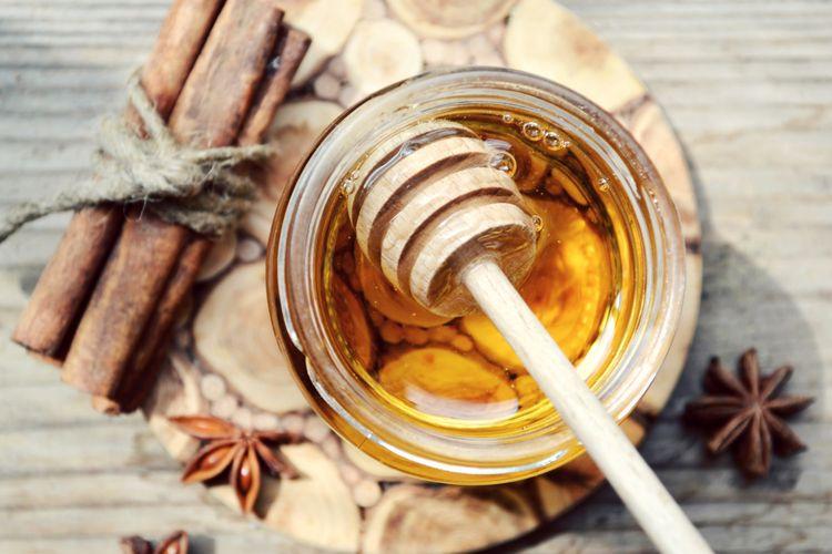 Ilustrasi madu dan kayu manis